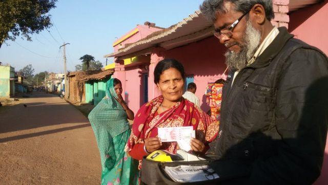 हीरा देवी को 2000 रुपये का नया नोट मिला. उनकी बैंकिग हो चुकी थी.