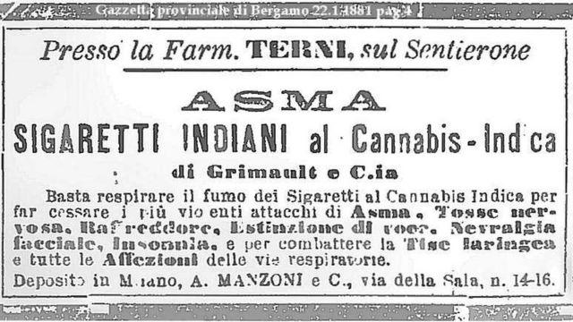 Este anuncio en un diario italiano de 1881 publicita los fantásticos beneficios para la salud de unos cigarrillos con cannabis de India: dice que detiene los violentos ataques de asma, la tos nerviosa, resfriados, pérdida de la voz, neuralgia facial, insomnia y otros problemas respiratorios. Imagen de dominio público.
