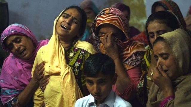 سیہون حملے میں ہلاک ہونے والے 13 سالہ ذیشان کے غمزدہ گھر والے