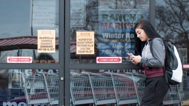 """En la ciudad de Salt Lake City, Utah, un negocio llamado """"Rancho Markets"""" cerró sus puertas en apoyo a la protesta."""