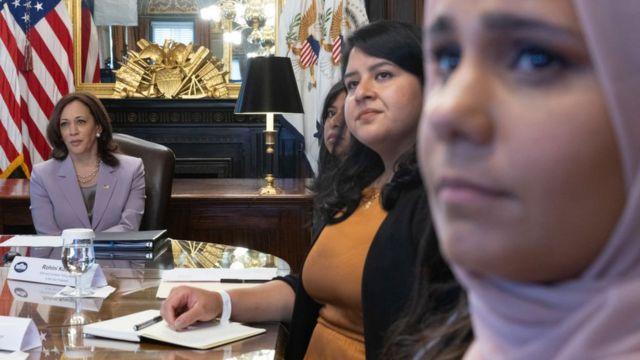Phó Tổng thống Hoa Kỳ Kamala Harris (bên trái)