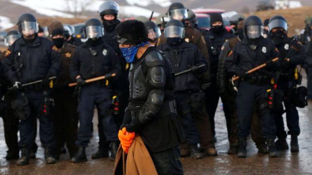 Kampı tahliye etmek isteyen polisler ve boru hattına izin vermek istemeyen eylemciler karşı karşıya geldi