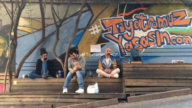 Tiyatrocular Deniz Elmas, Ulaş Kaya ve Cenk Dost Verdi, Kadıköy'de 'Susuyoruz' eylemi yaptı.