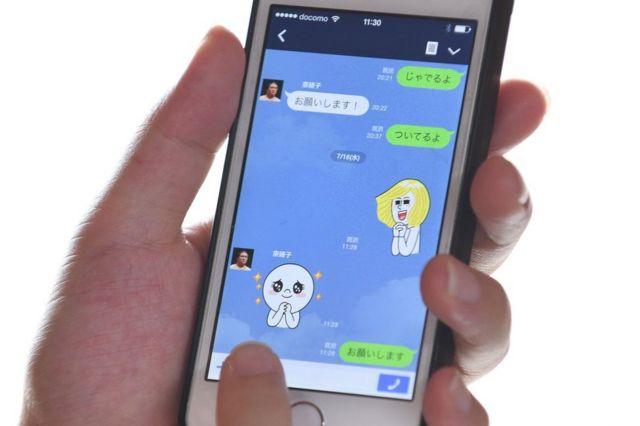 Lo schermo del telefono cellulare visualizza la conversazione in linea