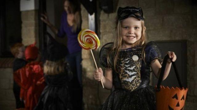 طفلة تحتفل بالهالوين