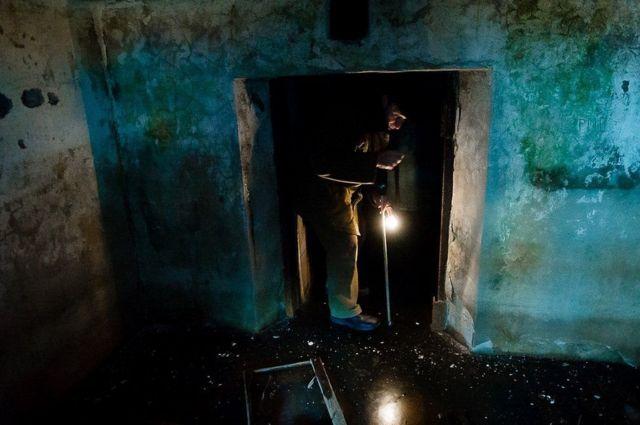 Phòng biệt giam nằm ở tầng hầm, với lớp băng lạnh giá trên nền nhà