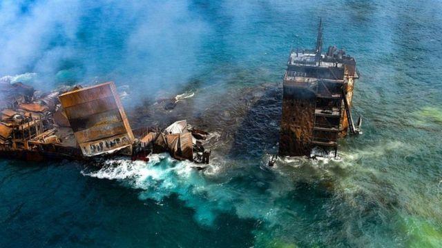 Zehirli kimyasal maddeler yüklü gemi günlerce yandıktan sonra battı