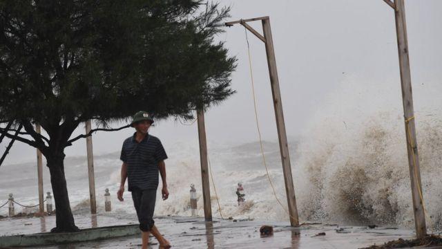 Bão Doksuri gây mưa to và sóng rất lớn ở xã Diễn Châu, tỉnh Nghệ An hôm 15/9/2017.