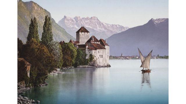 'Château de Chillon' en la orilla del Lago de Ginebra, en Suiza, foto tomada entre 1889 y 1911. Swiss Camera Museum Collections