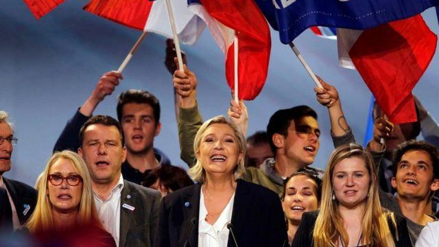 Сама Марин Ле Пен говорила, что партия была вынуждена искать деньги за границей, поскольку французские банки отказались давать ей кредиты.