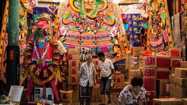 Ofrendas para los difuntos en el Festival de los Fantasmas Hambrientos en Hong Kong.