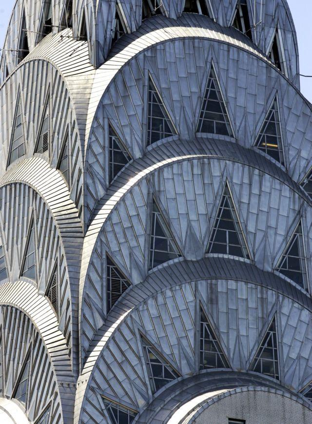 Отделка одного из самых известных архитектурных сооружений стиля арт-деко - небоскреба Chrysler в Нью-Йорке - широко использует древнеегипетские орнаменты
