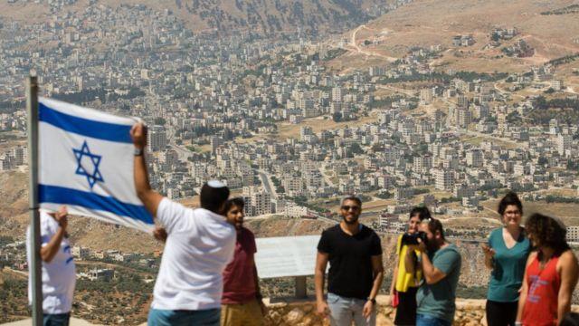 Израильские студенты с флагом возле поселения Элон Морен на Западном берегу