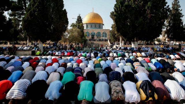 Palestinian Muslims pray after re-entering the site, 27 July 2017
