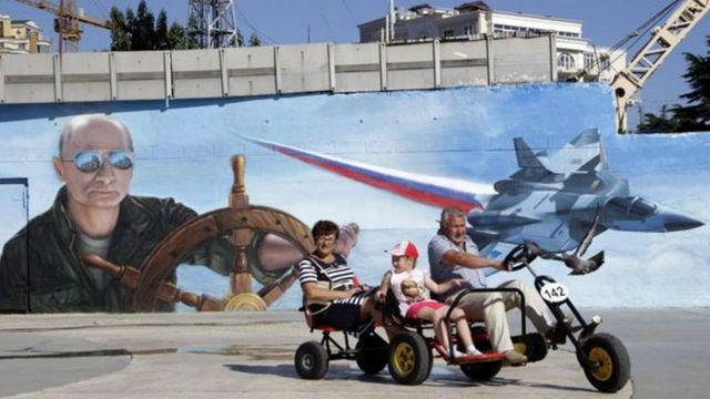 Банер із фото Володимира Путіна у Криму