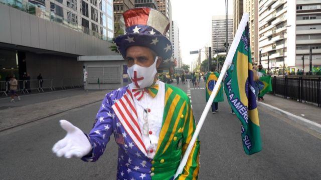 Luis Carlos de Oliveira fantasiado como Tio Sam, com cores do Brasil e dos EUA