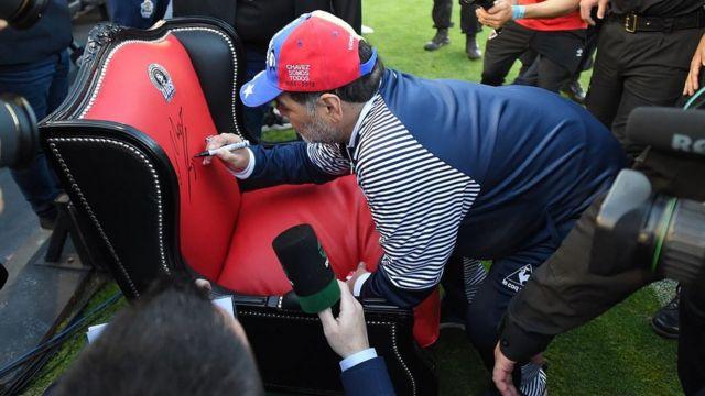 این ششمین تجربه مربیگری مارادونا است، او سابقه هدایت تیم ملی آرژانتین در جام جهانی را هم دارد
