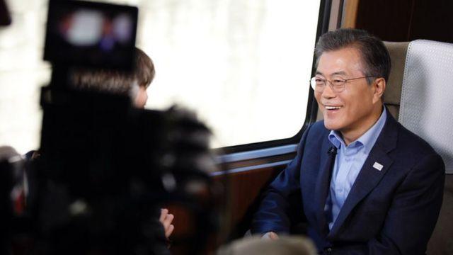 대통령 전용고속열차인 '트레인 원'에서 NBC방송과 인터뷰 중인 문재인 대통령