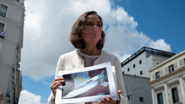 La ministra española Reyes Maroto muestra una imagen de la amenaza recibida