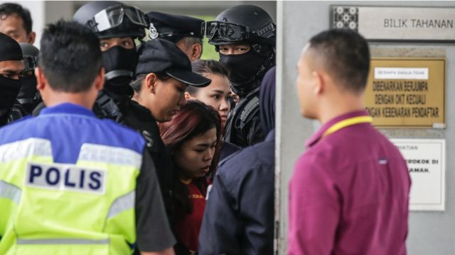 Indonesian Siti Aisyah (centre, in red shirt) arrives surrounded by security at the Sepang Court Complex, in Sepang, Malaysia, 1 March 2017.