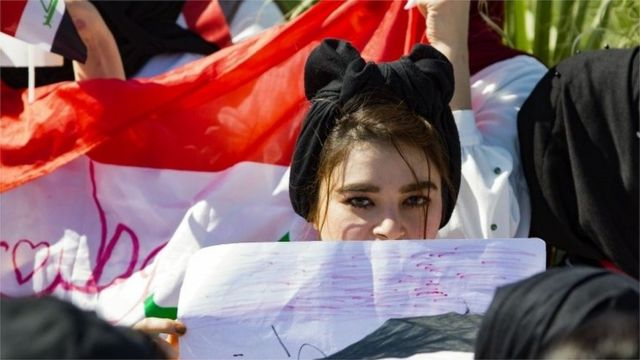 Iraqi student holds picture amid anti-government protests in Basra (29/10/19)