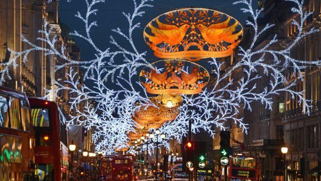 摄政街圣诞节彩灯有着历史传统,平安夜前街上仍是熙熙攘攘
