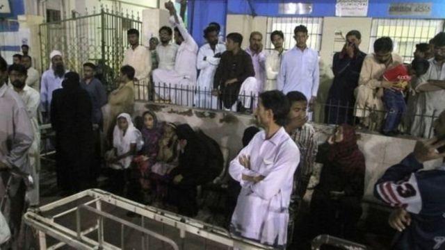 أقارب الضحايا تجمعوا في إحدى المستشفيات في كراتشي عقب انفجار وقع في نوفمبر/ تشرين الثاني الماضي وخلف 52 قتيلا