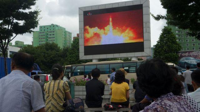 朝鮮首都平壤用大螢幕向民眾展示導彈試射。