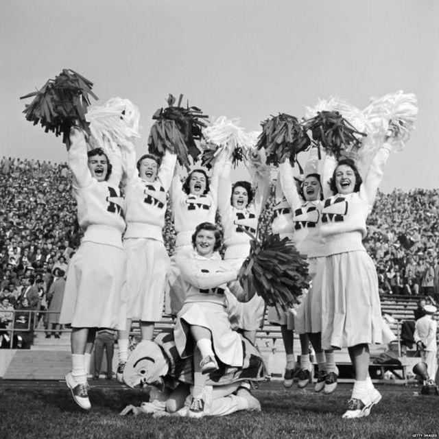 1950 साली युनिव्हर्सिटी ऑफ मेरीलँडच्या फुटबॉल टीमसाठी चीअर करताना चीअरलीडर्स