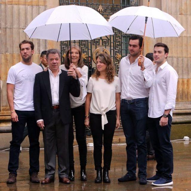 El presidente Santos y su familia salen a votar en un día lluvioso