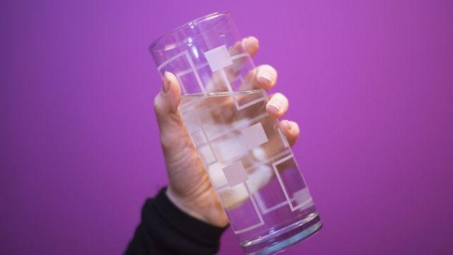 'खूब पानी पीने' की सलाह पर उठे सवाल. जल्दी जल्दी खूब पानी पीना हो सकता है सेहत के लिए नुकसानदायक.