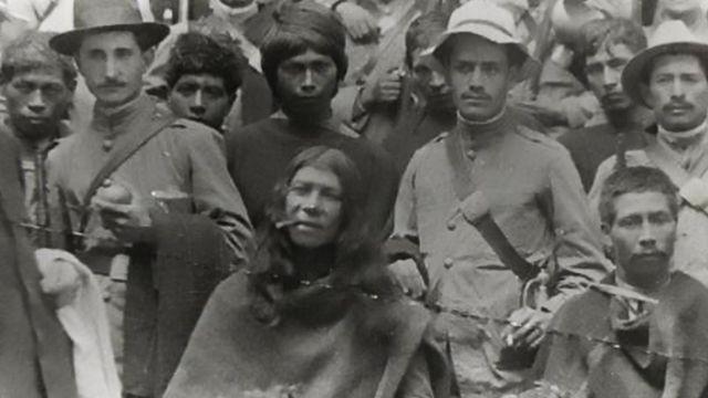 Quintín Lame rodeado de otros indígenas y militares.