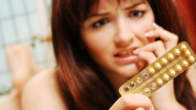 Mujer que toma la píldora