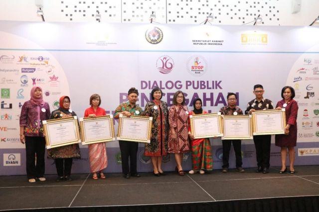 Para penerima penghargaan pelopor pencegahan perkawinan anak berfoto bersama usai menerima piagam penghargaan di Jakarta, Selasa (18/12)