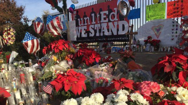 サン・バーナディーノ銃撃事件の犠牲者を悼み花束が手向けられた