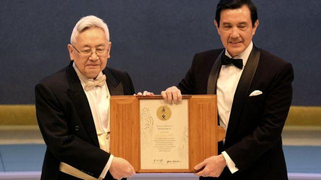 余英时(左)在台北从时任台湾总统马英九(右)手中接过唐奖奖状(18/9/2014)