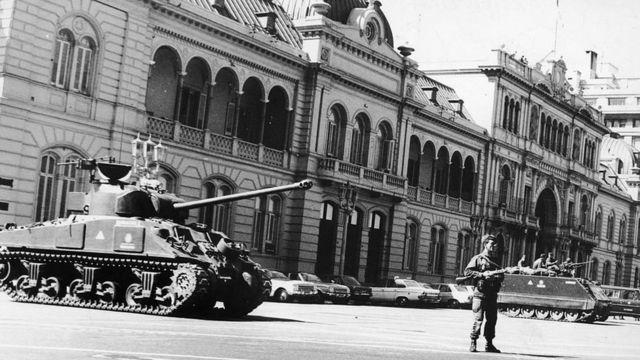 29 de marzo de 1976: Soldados argentinos montan guardia frente a la Casa de Gobierno, en Buenos Aires, después del golpe de Estado que derrocó a la presidenta Isabel Martínez de Perón, viuda del fallecido presidente Juan Perón.