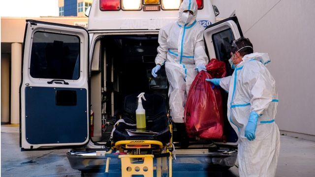 عاملان طبيان يرتديان زيا واقيا