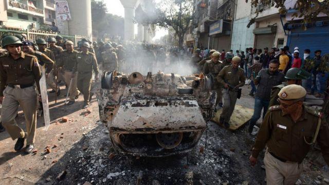 জাফরাবাদে নাগরিকত্ব আইনের বিরুদ্ধে পথ অবরোধ তোলার চেষ্টা থেকে হিংসা ছড়িয়ে পড়ে দিল্লিতে