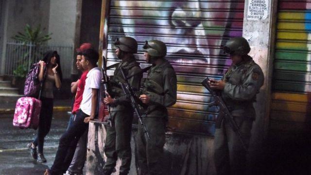 攻撃とみられる爆発の後、兵士が地域を閉鎖した