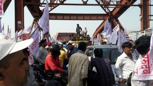 राजघाट पुल पर मची भगदड़, प्रशासन पर लापरवाही का आरोप
