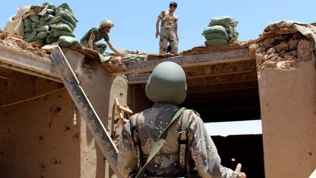 Soldados inspeccionan un puesto de policía atacado por error en junio de 2017.
