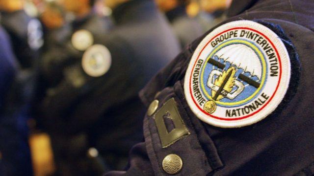 Foto de archivo que muestra el brazo de un gendarme francés y su enseña.