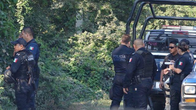 Policías municipales en el lugar de un crimen en Tecomán.