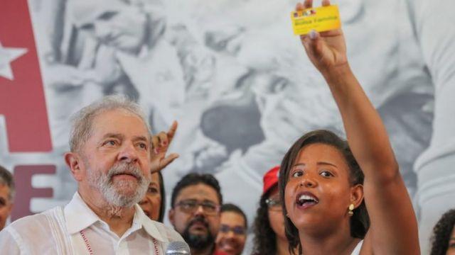 Lula ao lado de eleitora em caravana no Nordeste