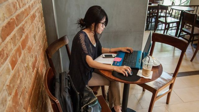дівчина працює в кафе