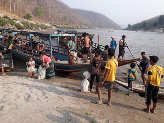 ชาวบ้านจากเมียนมาอพยพหนีภัยการสู้รบมาขึ้นฝั่งที่ตำบลแม่สามแลบ อำเภอแม่สะเรียง