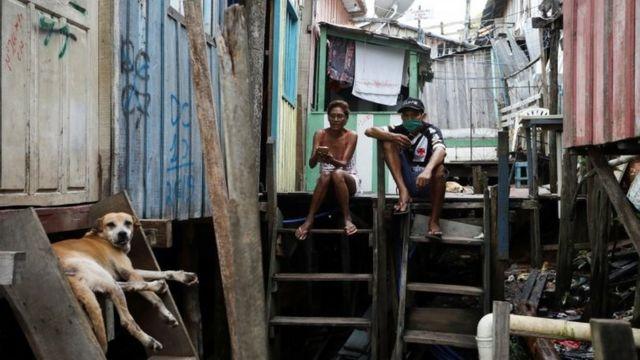 Pessoas em favela de Manaus