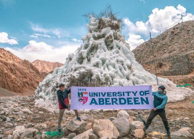 لافتة لجامعة أبردين في لاداخ