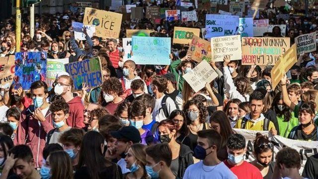 Durante a Youth4Climate, jovens organizaram protestos nas ruas de Milão